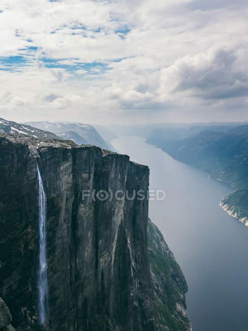 Enorme pedra com cascata — Fotografia de Stock