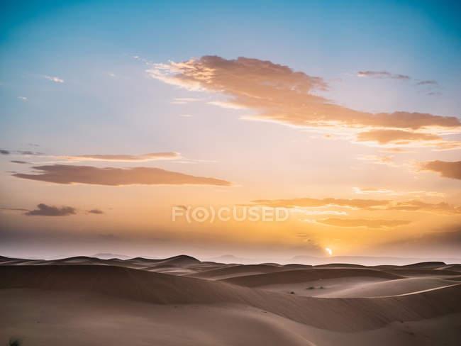 Paysage désertique au-dessus du ciel aube — Photo de stock