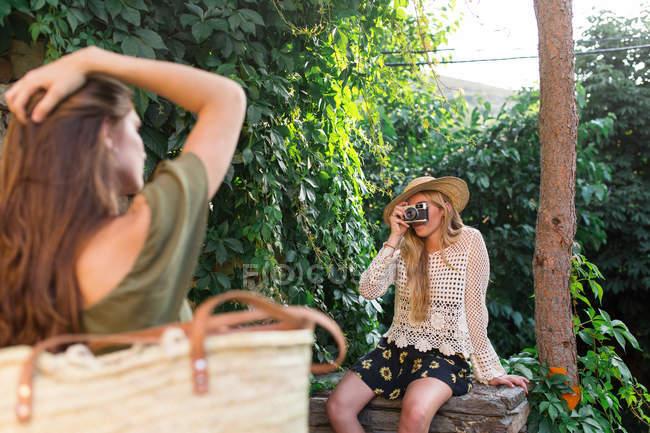 Девушка принимая Фото с аналоговой камеры — стоковое фото