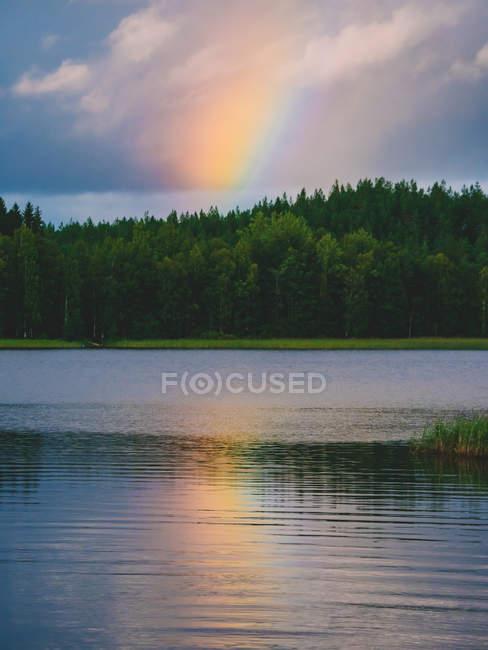Regenbogenreflexion im See — Stockfoto