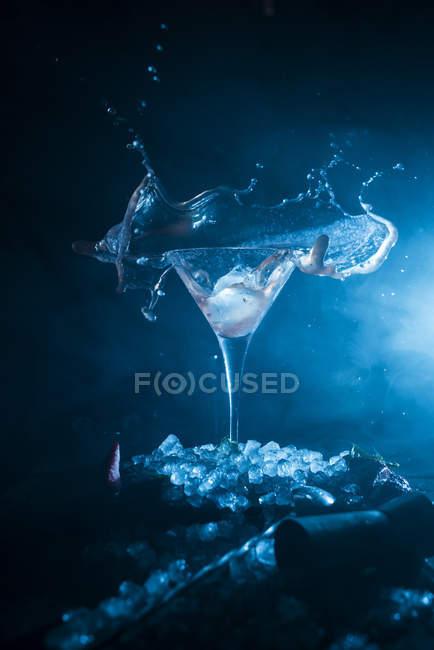 Copo de cocktail de pulverização em cubos de gelo — Fotografia de Stock