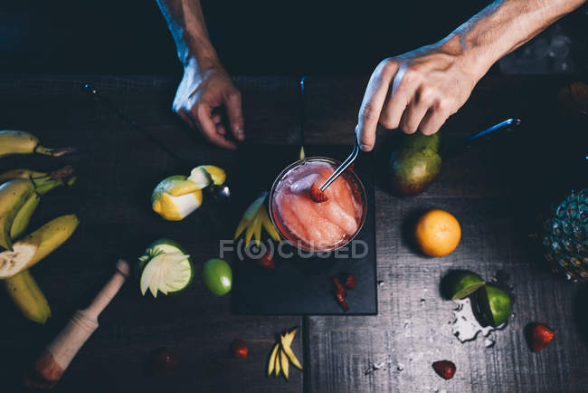 Male hands preparing cocktail — Foto stock