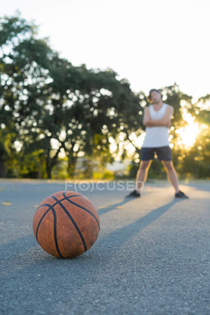 Оранжевый баскетбол и мужчина — стоковое фото