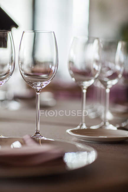 Table de service avec verres et assiettes — Photo de stock