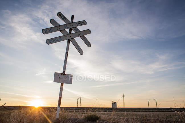 Insegna incrocio ferroviario in campagna — Foto stock