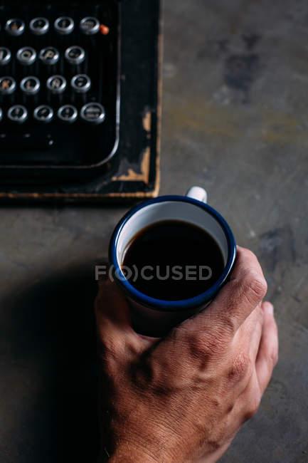 Taza de esmalte de mano masculina - foto de stock