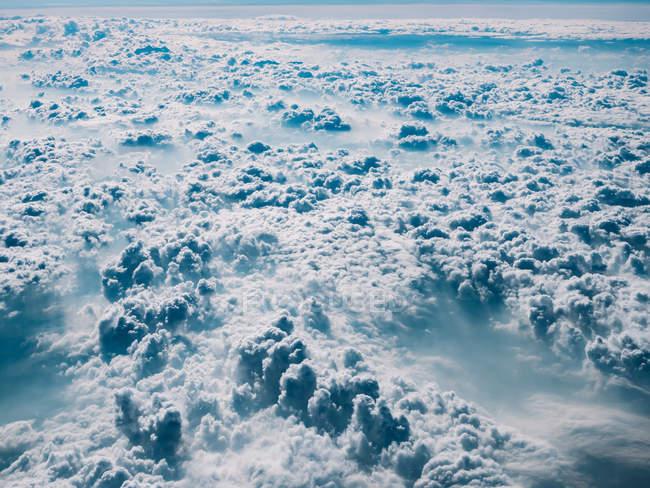 Bianco e blu soffice paesaggio nuvoloso — Foto stock