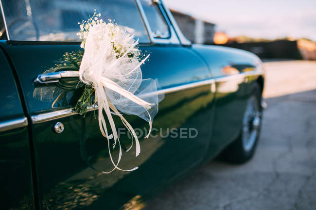 Car door with wedding decoration — Stock Photo