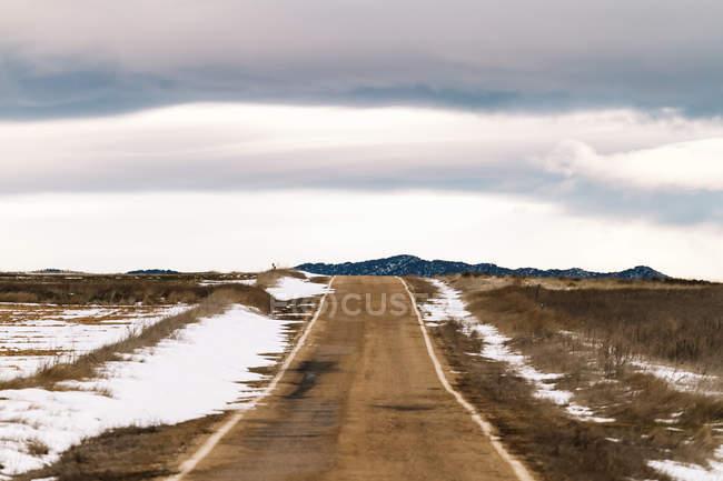 Снежная асфальтовая дорога — стоковое фото