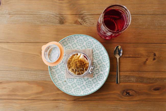Bocal avec dessert et boisson — Photo de stock