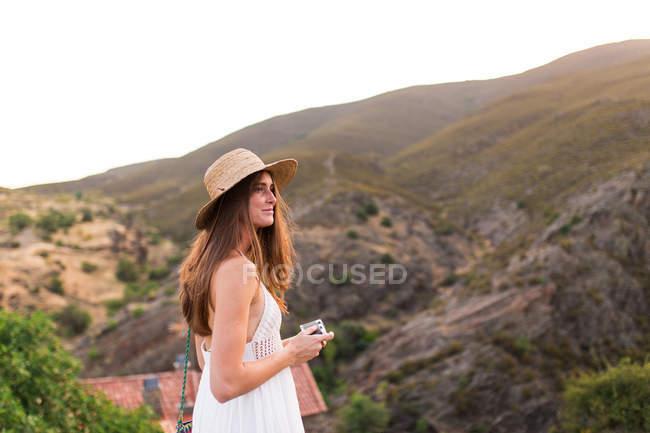 Morena chica con cámara - foto de stock