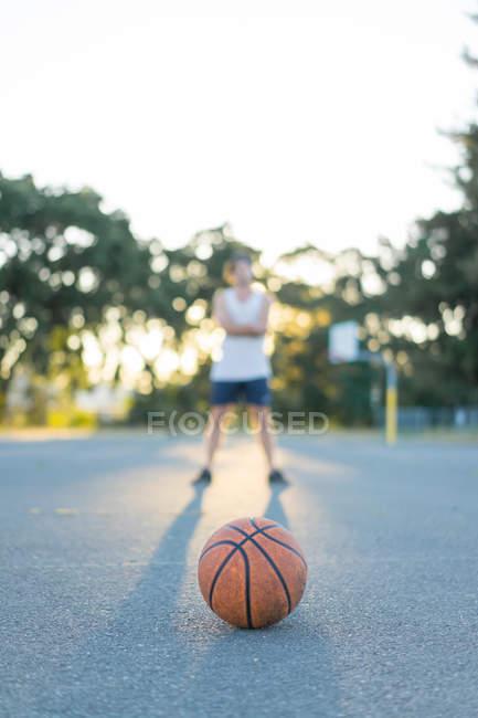 Оранжевый баскетбол и человек — стоковое фото