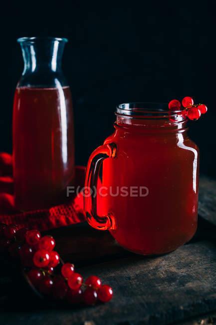 Напиток из красной смородины в кувшин Мейсон — стоковое фото