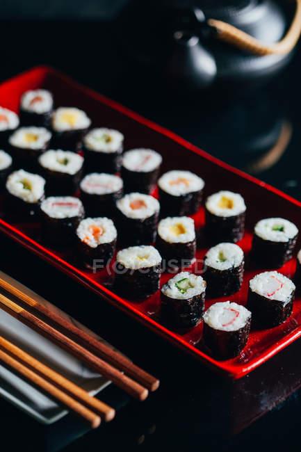 Sushi en placa roja - foto de stock