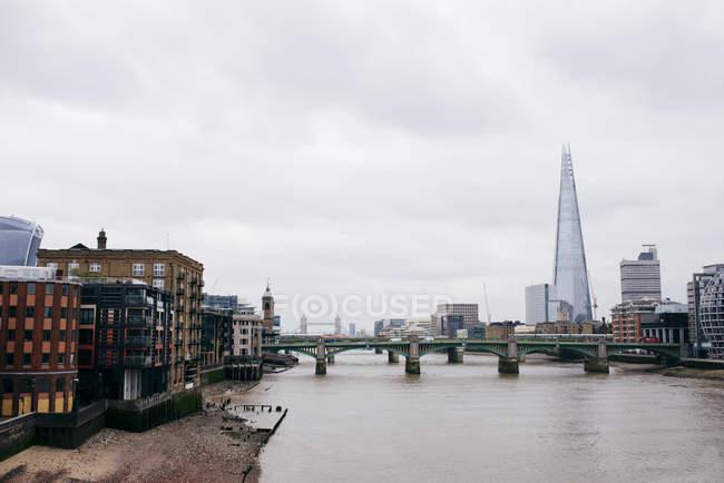 Paesaggio urbano del fiume ponti collegamento quartieri antichi e moderni — Foto stock