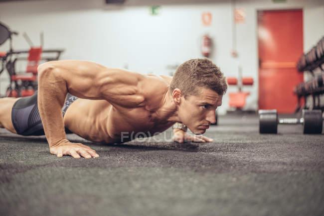 Fit man doing push ups — Stock Photo