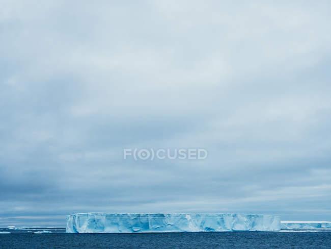 Geleira enorme no mar — Fotografia de Stock