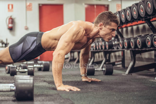 Fit man doing push ups — Stock Photo