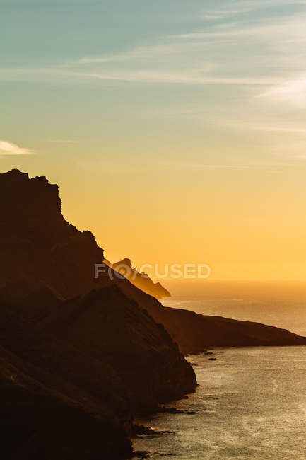 Sunlit coastal cliffs — Stock Photo