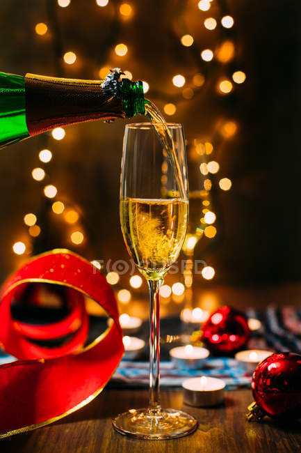 Bottiglia versando champagne in vetro — Foto stock