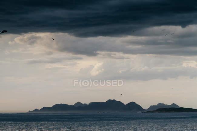 Mare sotto panoramico paesaggio nuvoloso — Foto stock