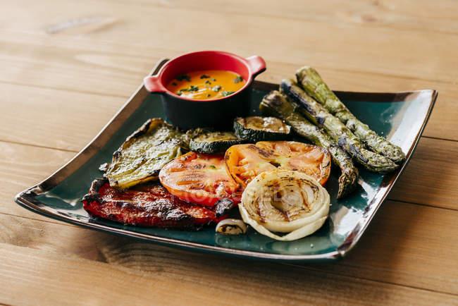 Gegrilltes Gemüse auf dem Teller — Stockfoto