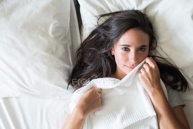 Menina tocando cobertor com bochecha — Fotografia de Stock