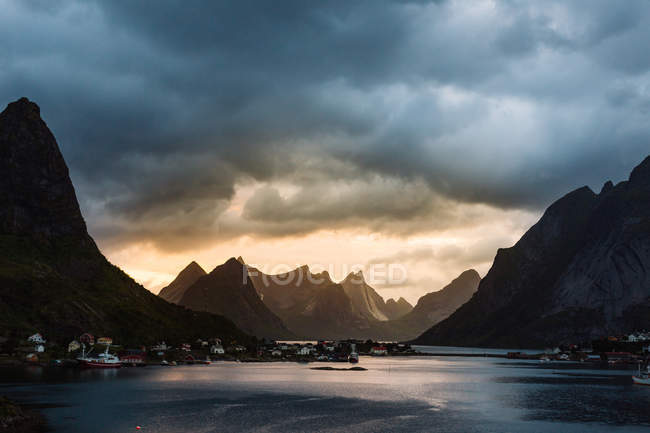 Picturesque landscape of mountain river over heavy cloudy sky on backdrop — Stock Photo