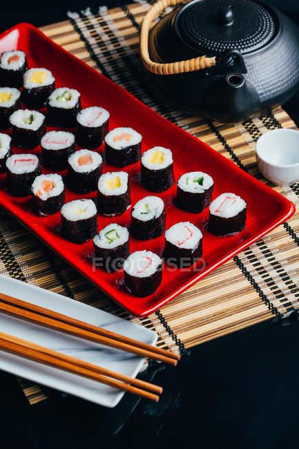 Sirve sushi set placa roja - foto de stock