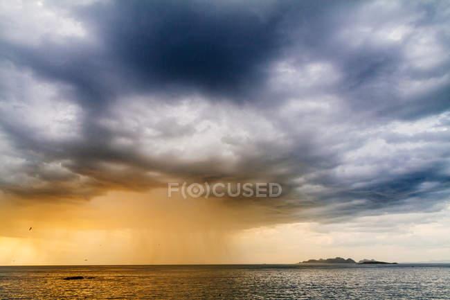 Mer sous un paysage nuageux pittoresque — Photo de stock