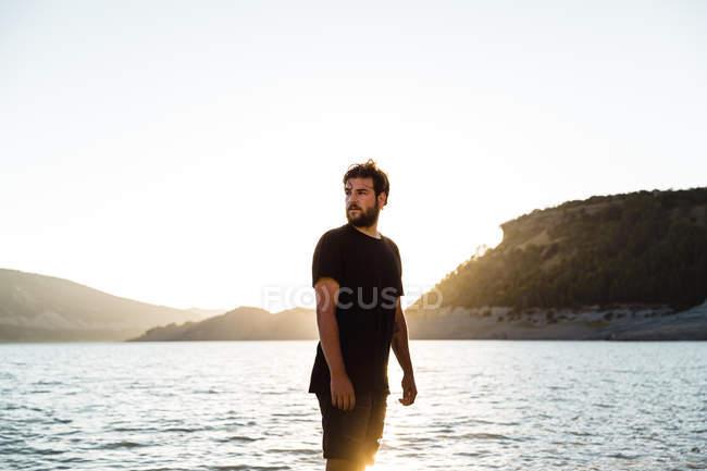 Homem posando na praia e desviar o olhar — Fotografia de Stock