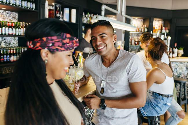 Fröhliche Freunde tranken Cocktails an der Theke — Stockfoto