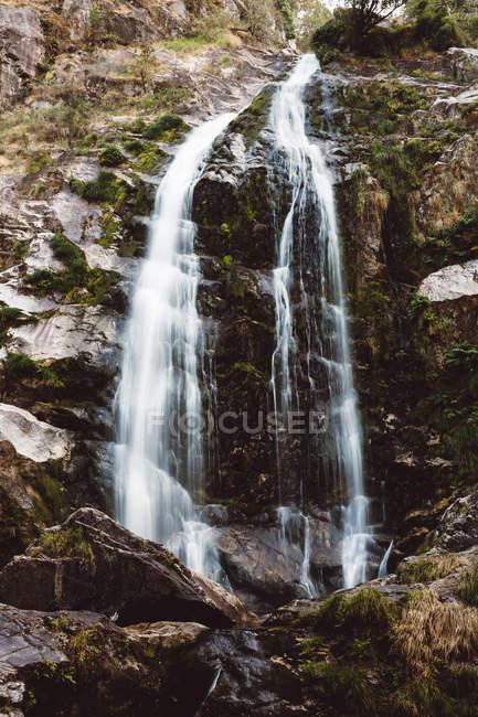 Vista panorâmica da cachoeira de montanha caindo do penhasco — Fotografia de Stock