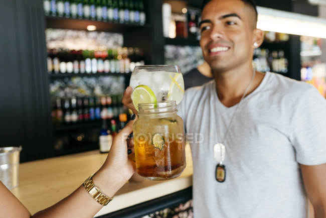 Ernte der weiblichen Hand mit cocktail Toasten Mann am Bar — Stockfoto