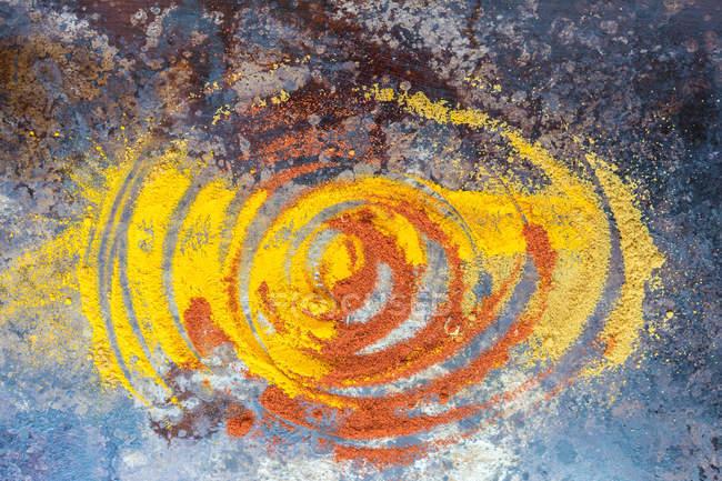 Acima foto do misto de castigo especiarias coloridas dispostas em espiral. — Fotografia de Stock