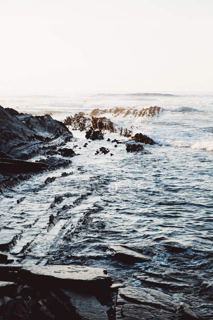 Coastal landscape of ocean waves on rocky shore — Stock Photo