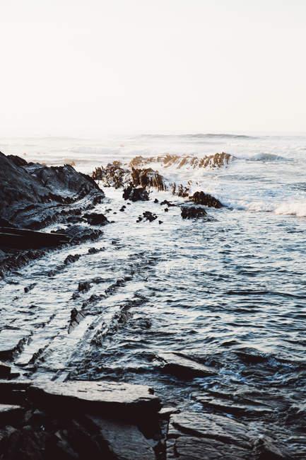 Paysage côtier des vagues de l'océan sur la côte rocheuse — Photo de stock