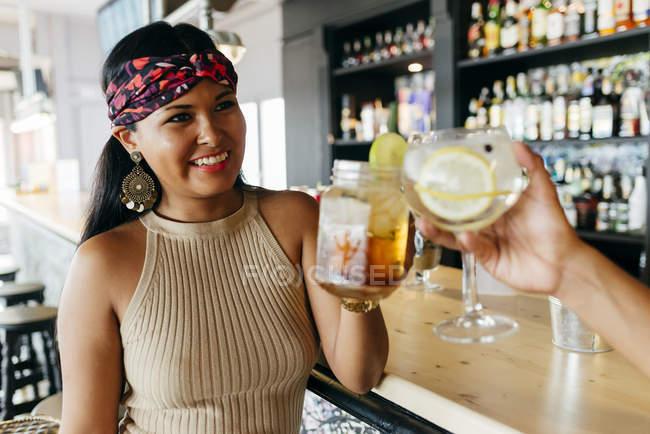 Mão masculina de colheita com coquetéis de cocktail no balcão do bar — Fotografia de Stock