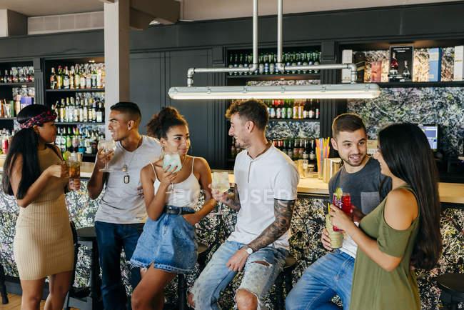 Freunde Tresen Stand und Cocktails trinken — Stockfoto