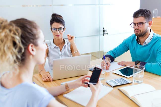 Просмотр группы деловых людей на краткие в современном офисе — стоковое фото