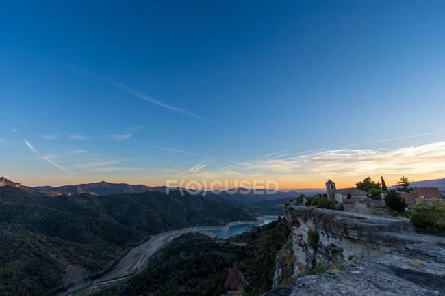 Vista panorâmica das terras altas com vila de casas em precipício — Fotografia de Stock
