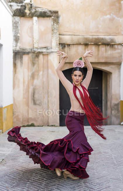 Ballerino di flamenco in costume tipico in posa sopra l'arco e guardando la macchina fotografica — Foto stock
