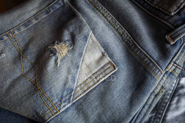 Close up vista de azul jeans esfregou bolsos . — Fotografia de Stock