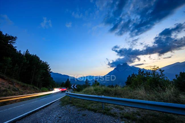 Tir longue exposition du paysage de montagne à partir de bord de la route — Photo de stock