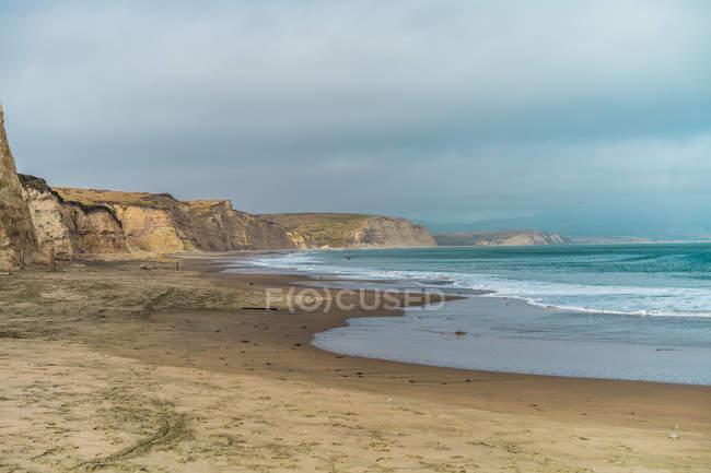 Вид на песчаный берег и судоходной линии на пасмурный день — стоковое фото