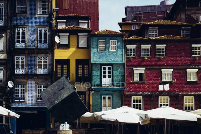 Vista exterior de ladrillo diferentes casas con fachadas de colores brillantes - foto de stock