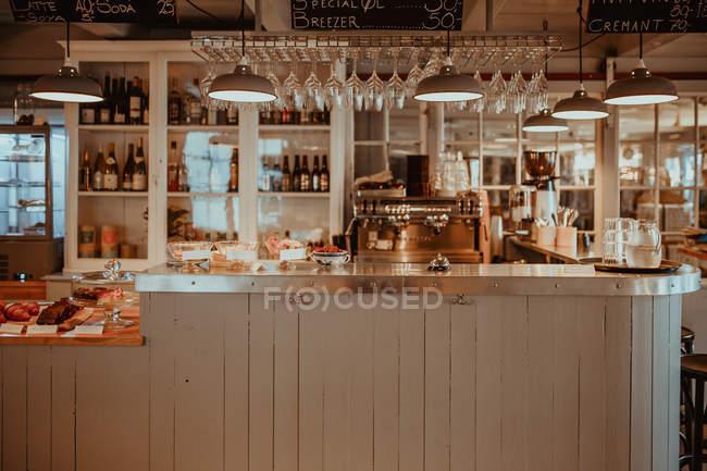 Cozy bar counter in restaurant interior — Stock Photo
