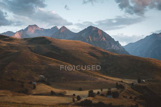 Paysages idylliques des highlands sur fond de pastel chaîne de montagnes. — Photo de stock