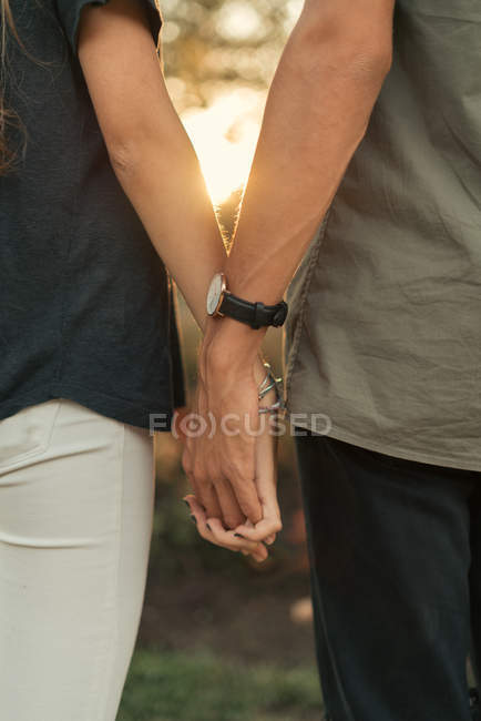 Пара cople, тримаючись за руки разом — стокове фото