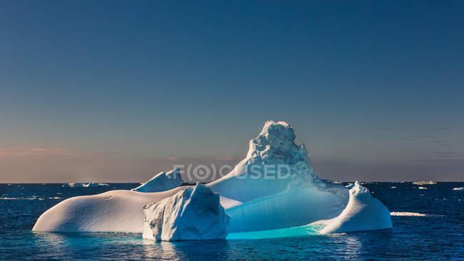 Vista panoramica di galleggiante in iceberg di mare sopra cielo di tramonto — Foto stock